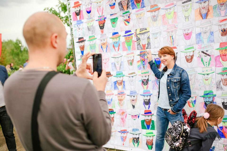 """300 портретов Шуфутинского нарисовали красноярцы в честь 3 сентября. Фото: медиагруппа """"Прима""""."""