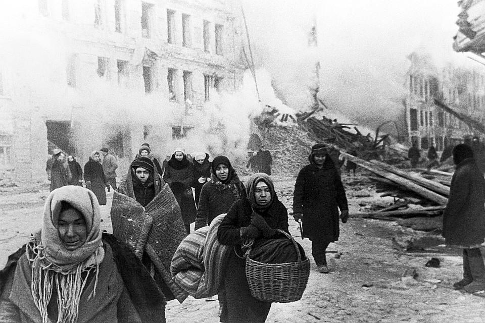 Жители покидают дома, разрушенные немцами. Ленинград, 1941 год. Фотохроника ТАСС