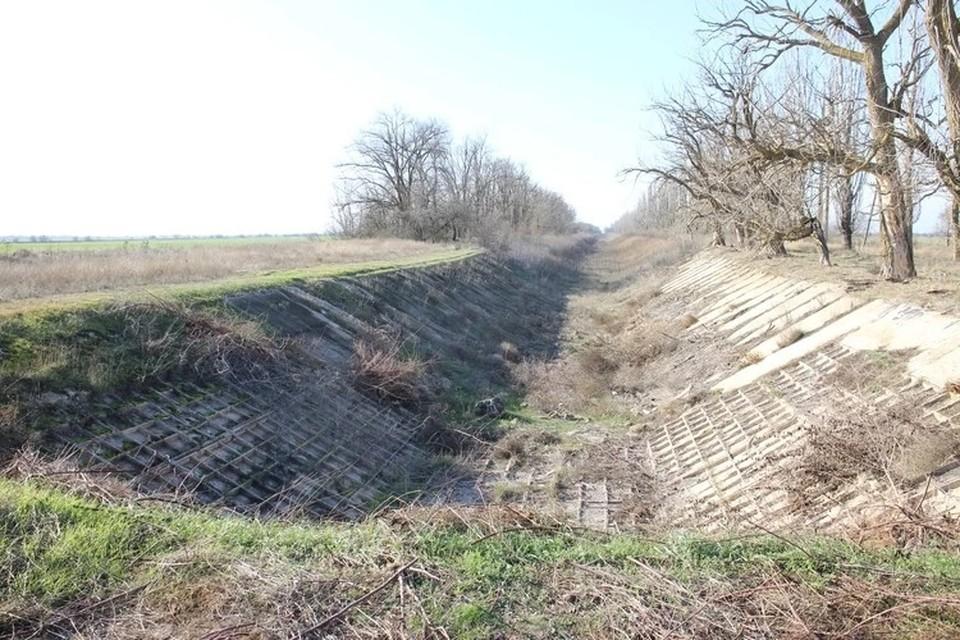 Северо-Крымский канал, по которому в Крым поступала вода из Днепра, пересох и уже разрушается.
