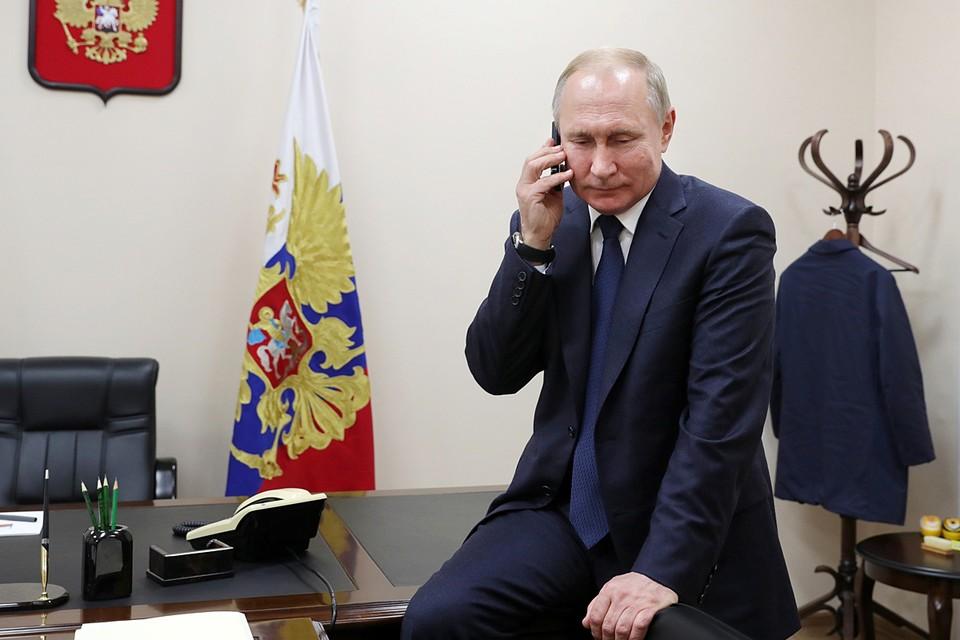 Взять и просто набрать номер, чтобы поговорить с коллегой, не получится - так делать не принято. Даже те лидеры государств, что находятся между собой в прекрасных личных отношениях, должны заблаговременно поставить собеседника в известность о звонке