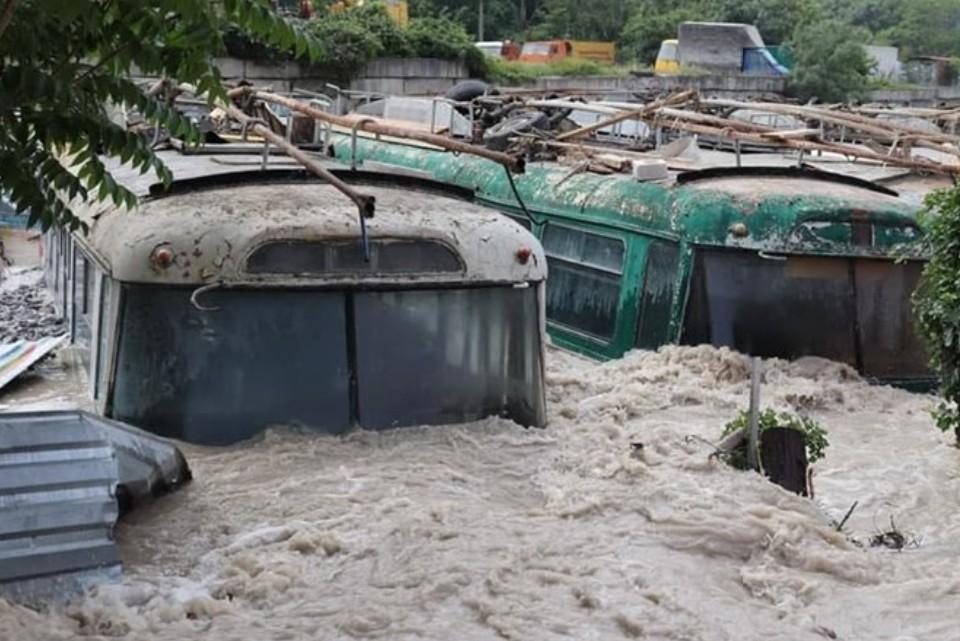 В ялтинском микрорайоне Васильевка троллейбусы практически полностью ушли под воду. Фото: пресс-служба администрации Ялты