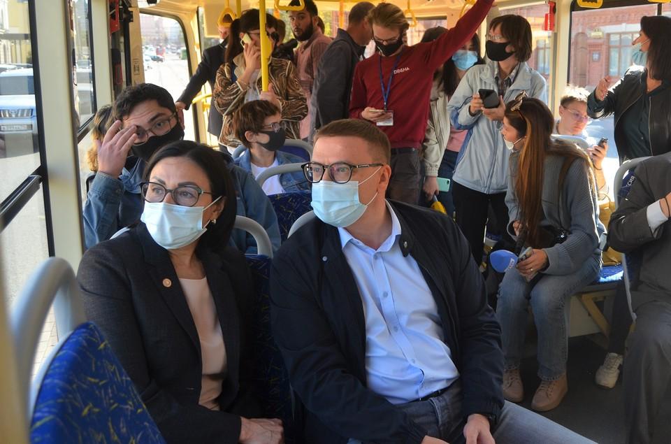 Губернатор Алексей Текслер и глава города Наталья Котова первым рейсом нового трамвая проехали по Челябинску.