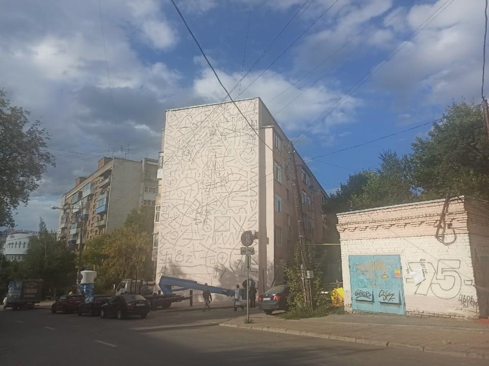 На Первомайской начали создавать картину по сюжету дворовой жизни