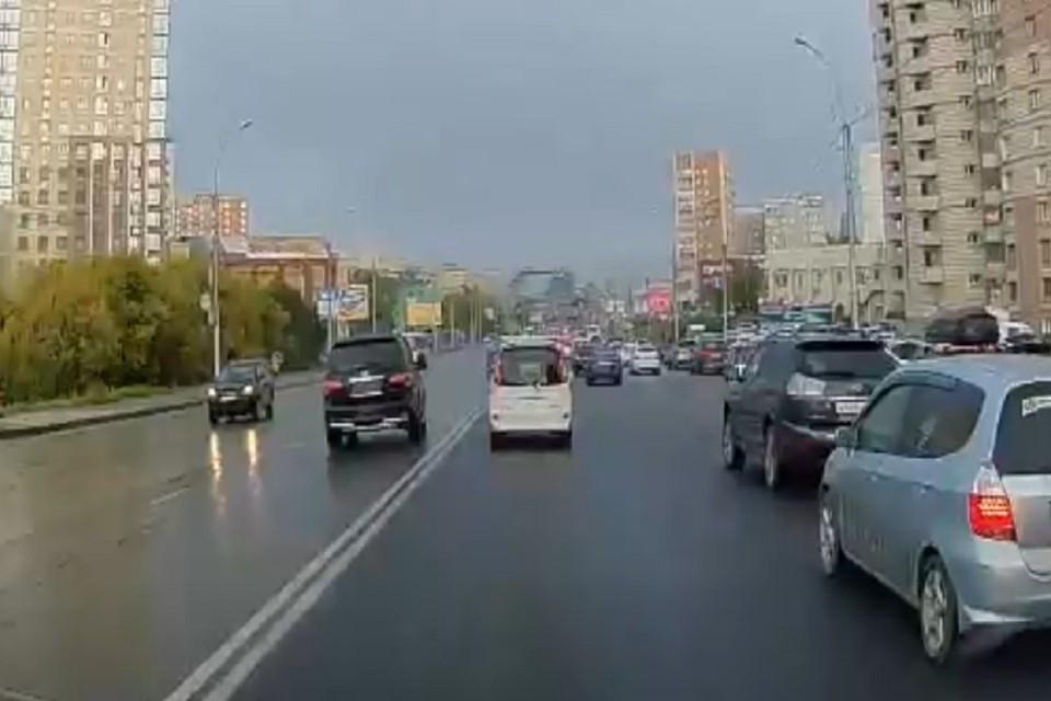 В Новосибирске «Инфинити», вылетевшая на встречную полосу, сбила женщину. Фото: стоп-кадр.
