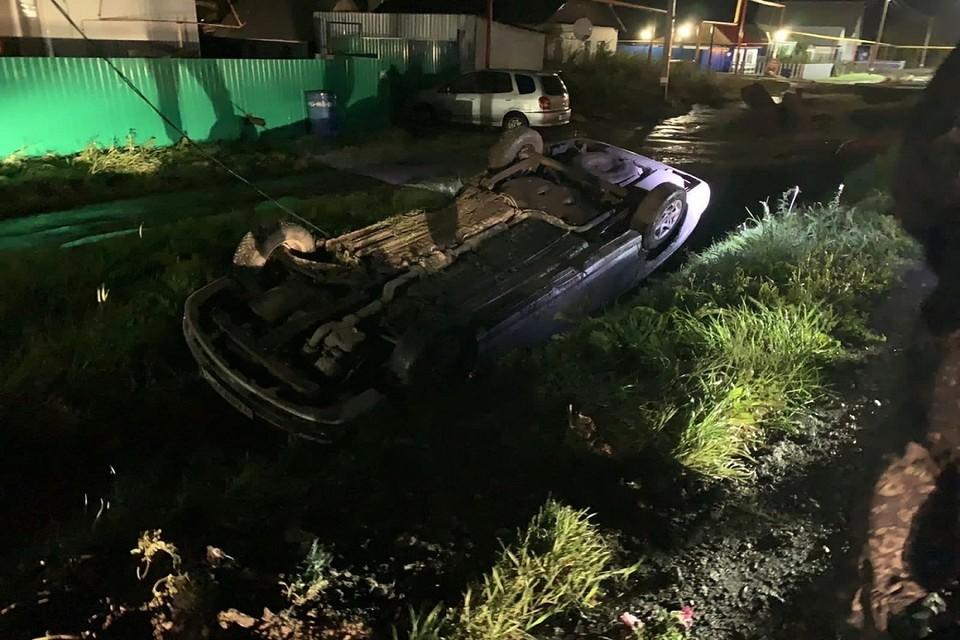 """Под Новосибирском автомобиль влетел в столб и перевернулся. Фото: """"Подслушано ЧАНЫ""""."""