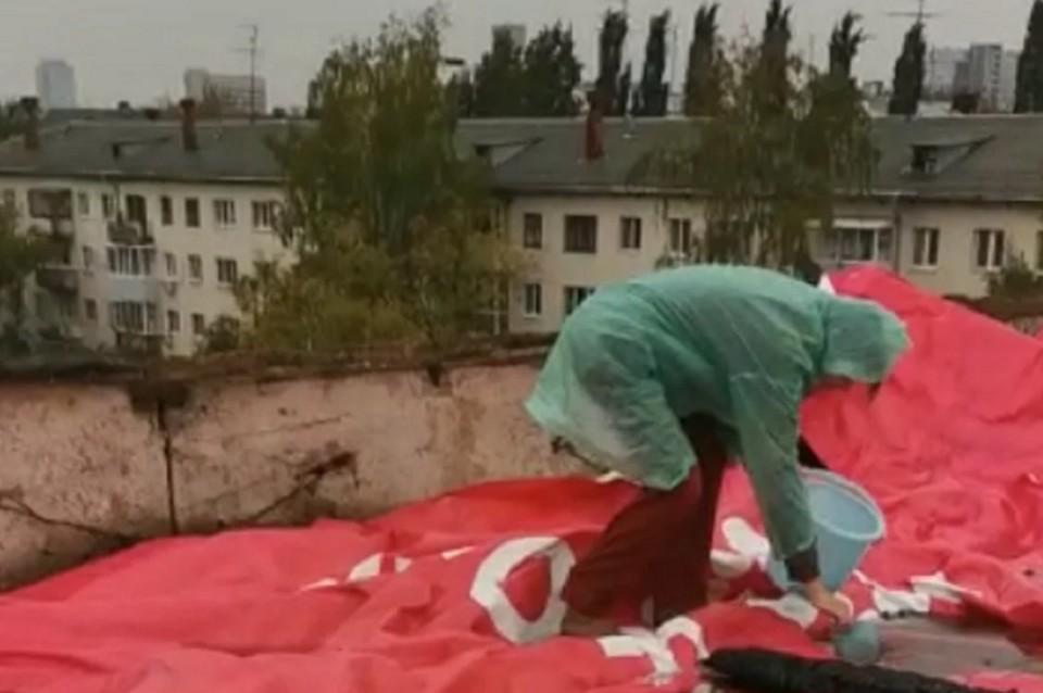 """Жители укрыли кровлю рекламными щитами. Фото: ИА """"Уральский меридиан"""""""