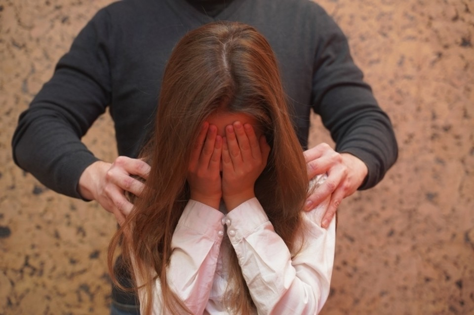 Злоумышленник затащил ребенка в заброшенное здание, чтобы изнасиловать