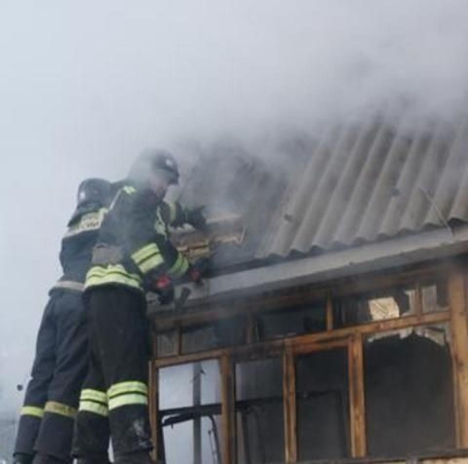 От огня пострадали дом и пристройки-веранда, баня и гараж.
