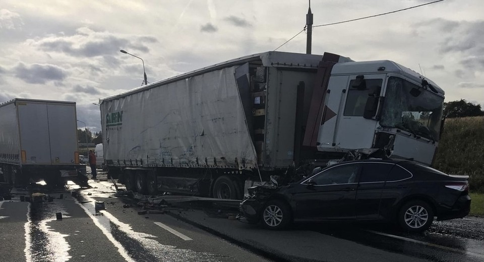 Массовое ДТП с тремя фурами и легковушкой Toyota Camry произошло под Смоленском. Фото: паблик «Автокадр_67 ДТП, ЧП» ВКонтакте.