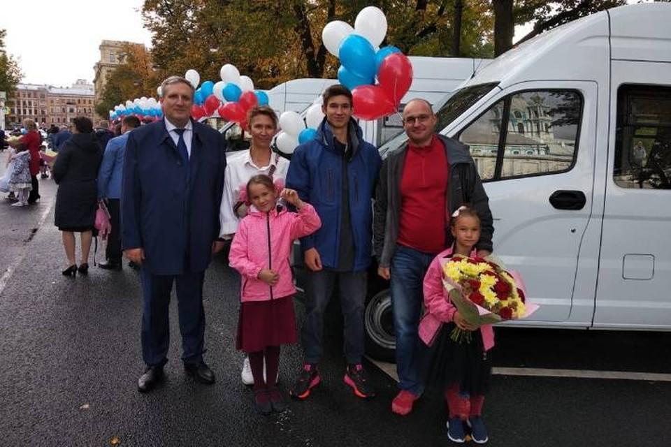 Беглов вручил 11 многодетным семьям Петербурга ключи от микроавтобусов / Фото: Смольный