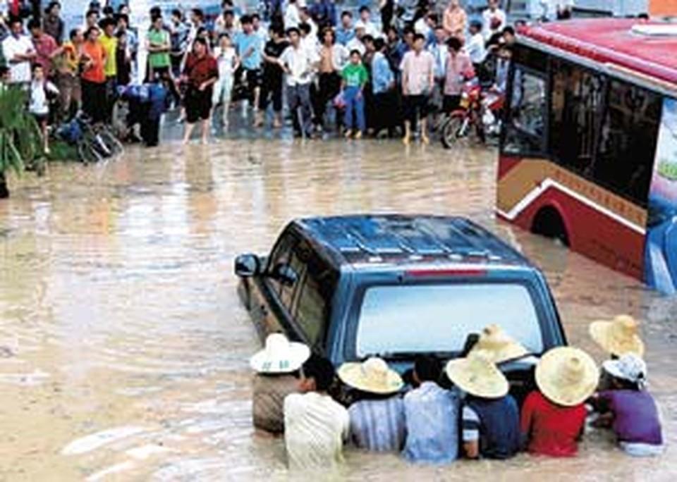 Проливные ливни,  а потом мощнейшее наводнение на юго-востоке Китая самые большие скептики считают делом рук секретных американских лабораторий.