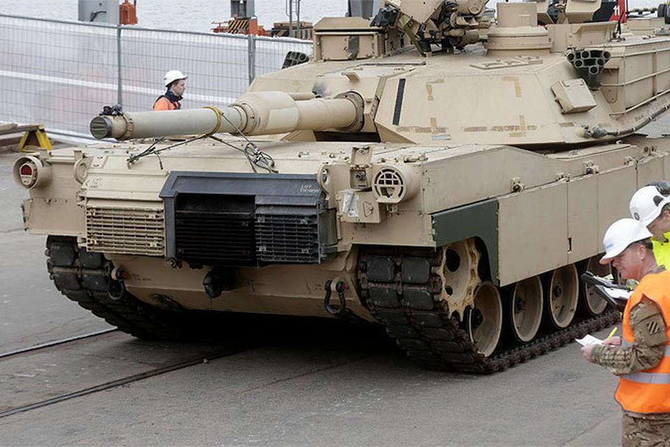 Разгрузка американских танков в порту Риги в рамках учений войск НАТО.