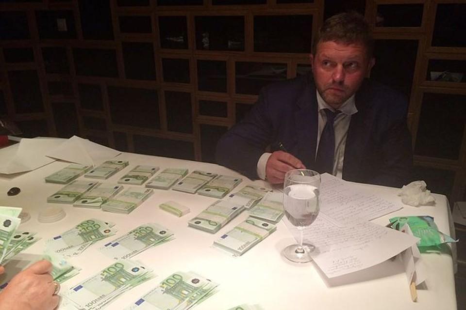 В Сеть попали фото задержания губернатора Белых
